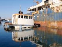 Épave submergée de bateau dans un dock Images stock