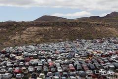Épaves de voiture sur l'entrepôt de ferraille Images stock