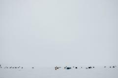 Éperlan de glace pêchant Shack pendant une congélation et une Windy Day de Wint Images libres de droits