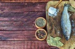 Éperlan de poisson frais avec le poivre et un mélange des poivrons Photographie stock libre de droits