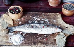 Éperlan de poissons vivants sur un panneau de cuisine Images libres de droits
