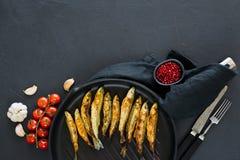 ?perlan frit dans une casserole Fond noir, vue sup?rieure, l'espace pour le texte images libres de droits