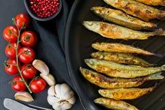 ?perlan frit dans une casserole Fond noir, vue sup?rieure, l'espace pour le texte photos libres de droits