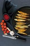 ?perlan frit dans une casserole Fond noir, vue sup?rieure, l'espace pour le texte images stock