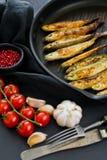 ?perlan frit dans une casserole Fond noir, vue sup?rieure, l'espace pour le texte photo libre de droits