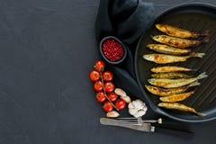 ?perlan frit dans une casserole Fond noir, vue sup?rieure, l'espace pour le texte photo stock