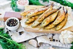 ?perlan frit sur un hachoir en bois, un aneth, un sel rose, un poivre et un ail Fond gris, vue sup?rieure, l'espace pour le texte photo libre de droits