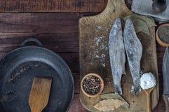 Éperlan gelé de poissons sur le panneau de cuisine Image libre de droits