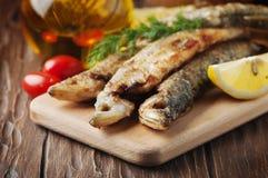 Éperlan russe traditionnel de poissons sur la table en bois Photo libre de droits
