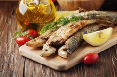 Éperlan traditionnel de poissons de Rrussian sur la table en bois Photographie stock libre de droits