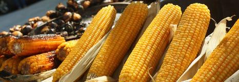 Épi de maïs à une stalle de nourriture de rue photo libre de droits