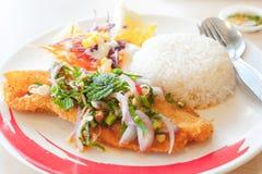 Épicé croustillant de poissons avec du riz photographie stock libre de droits