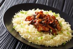 Épicé a fait frire les champignons de shiitaké frais avec les graines de sésame a servi avec le plan rapproché de riz d'un plat h photographie stock
