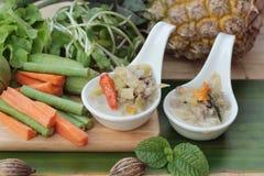 Épicé fermentez l'ananas avec du porc et des légumes image libre de droits