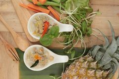 Épicé fermentez l'ananas avec du porc et des légumes images stock
