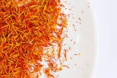 Épice d'un rouge ardent exotique, safran pour la nourriture de coloration Fond Épice sèche de safran sur le fond noir Pistil orga Photos stock