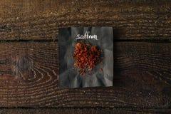 Épice de safran avec le nom écrit sur le papier Photo libre de droits