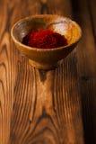 Épice de safran dans les poids antiques de cuvettes de fer de vintage Images libres de droits