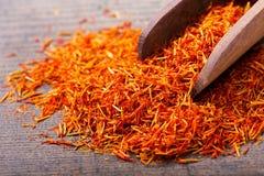 Épice sèche de safran dans une cuillère Photographie stock