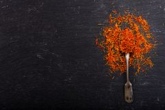 Épice sèche de safran dans une cuillère sur le fond foncé Photo libre de droits