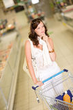 Épicerie - achats pensifs de femme Photos stock