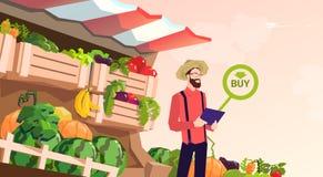 Épicerie en ligne de légume frais d'achat de Man Hold Tablet d'agriculteur Photographie stock libre de droits