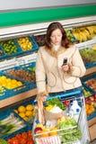 Épicerie - femme dans l'équipement de l'hiver Photo libre de droits