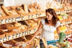Épicerie : Jeune femme avec le caddie Image stock