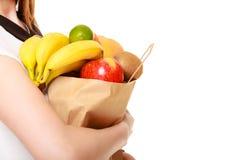épicerie Panier de papier avec des fruits dans des mains femelles Photo stock