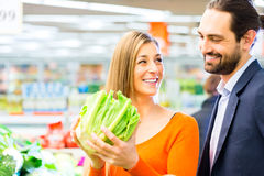 Épiceries d'achats de couples dans le supermarché Photo libre de droits