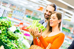 Épiceries d'achats de couples dans le supermarché Photos libres de droits