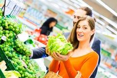 Épiceries d'achats de couples dans le supermarché Image stock