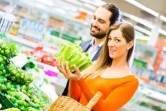 Épiceries d'achats de couples dans le supermarché Images libres de droits