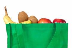 Épiceries dans le sac vert réutilisable photos stock