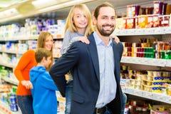 Épiceries de achat de famille dans le supermarché photographie stock