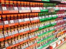 Épices à vendre dans un hypermarché Photographie stock libre de droits