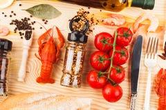 Épices, argenterie entre les tomates-cerises et cancers photographie stock libre de droits