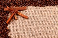 Épices avec des grains de café sur la toile de jute Image libre de droits