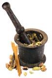 Épices avec le mortier de cru images stock