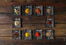Épices colorées sur la table en bois Photo stock