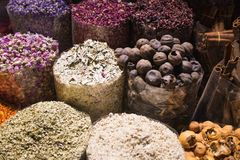 Épices colorées sur le marché Arabe de souk Photographie stock libre de droits