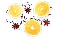 Épices d'hiver et composition orange d'isolement sur le blanc Photo libre de droits