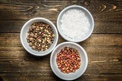 Épices dans des cuvettes blanches Photos libres de droits
