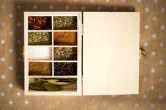 Épices dans la boîte en bois sur le fond de métier de papier avec des étoiles Copiez l'espace pour le texte et concevez Concept d Photo libre de droits
