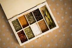 Épices dans la boîte en bois sur le fond de métier de papier avec des étoiles Copiez l'espace pour le texte et concevez Concept d Image libre de droits