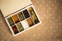 Épices dans la boîte en bois sur le fond de métier de papier avec des étoiles Copiez l'espace pour le texte et concevez Concept d Images stock