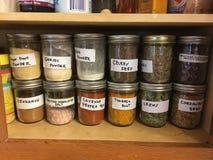 Épices dans le buffet dans des pots de maçon Images stock