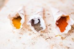 Épices dans les cônes de papier Images libres de droits