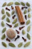 Épices de fantaisie sur le marbre de Carrare Photos stock