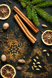 Épices de Noël : cannelle, cardamome, noix de muscade et oranges sèches Images stock
